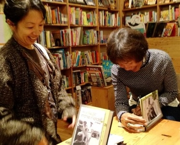 Signing books and meeting  local people who kindly attended the reading (photo courtesy of Donna Miscolta).